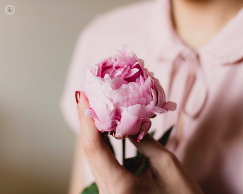 Donna con un fiore in mano